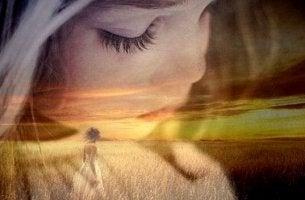 Niña con los ojos cerrados pensando en el perdón