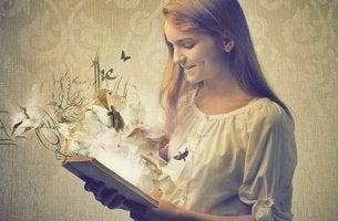 Niña leyendo un libro pensando en que los libros son espejos