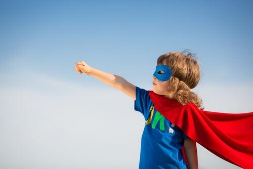 Niña haciendo de superhéroe como representación del mindfulness para niños