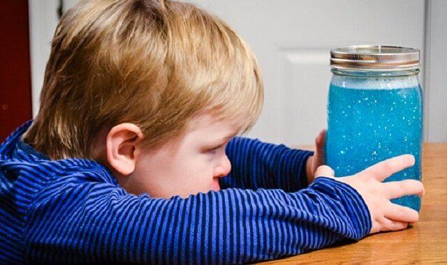 Niño con su frasco de la calma