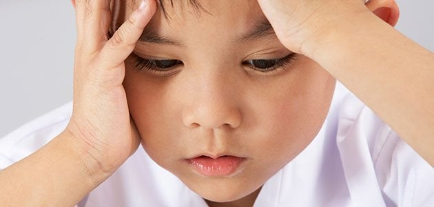 Niño con estrés triste