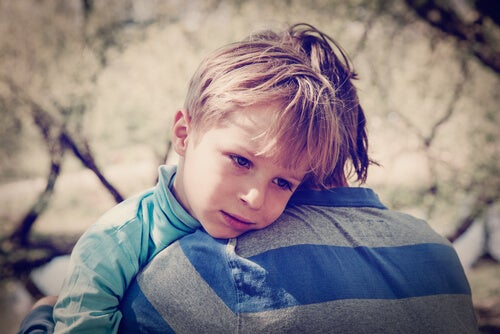 Niño triste abrazado a su hermano