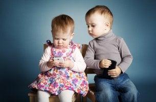Niños pequeños con móviles