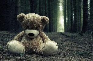 Oso abandonado que representa el tabu del suicidio infantil
