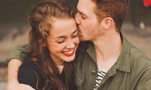pareja abrazada sonriendo representando la conexión con tu pareja