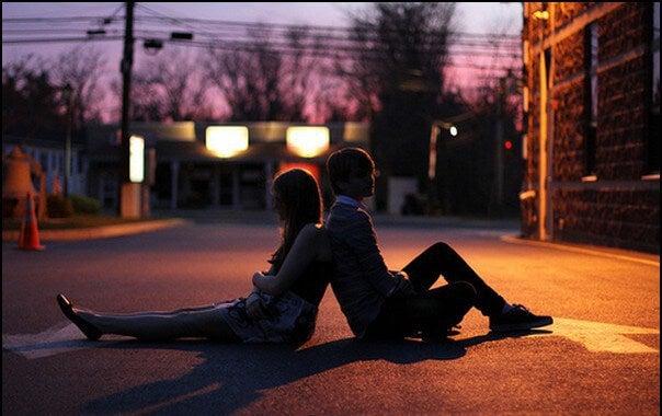 pareja joven en la calle pensando que nadie les quiere