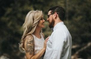 Hombre con estigmatofilia mirando a su chica con tatuajes