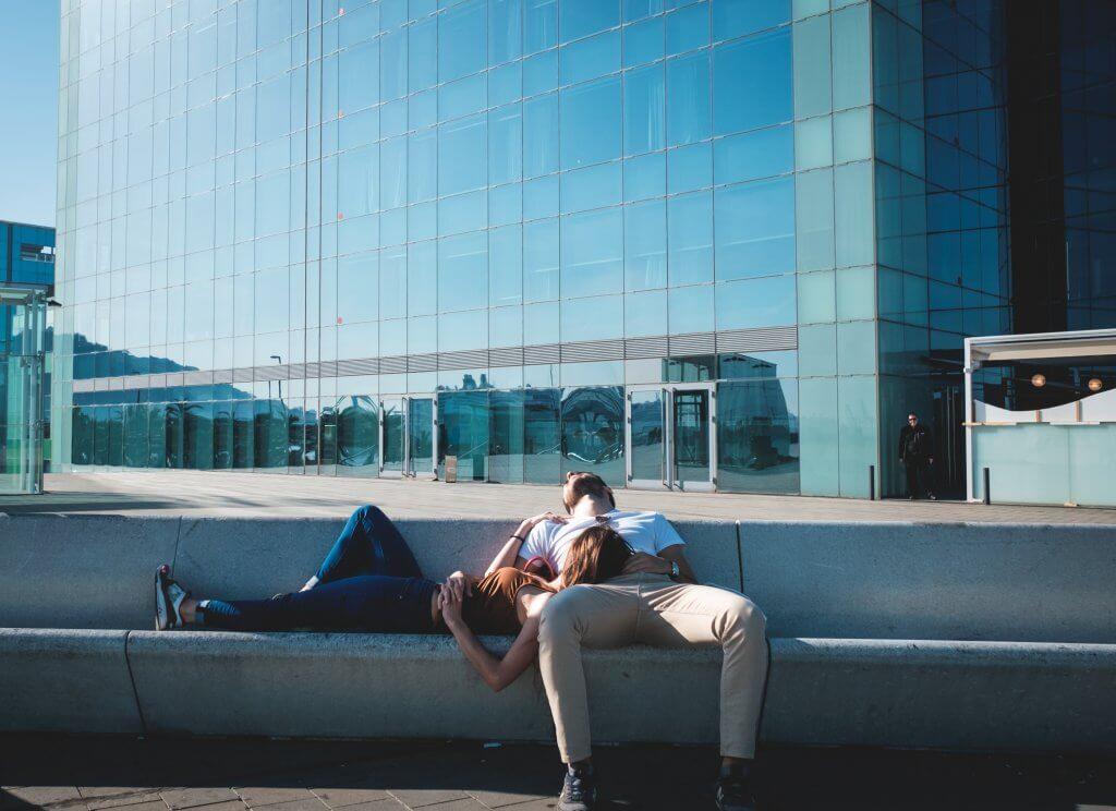 Pareja sentada sobre unas escaleras como ejemplo de relaciones de pareja equilibradas