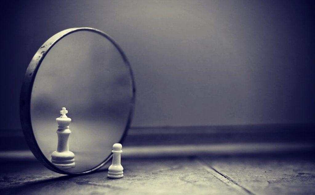 Pedone degli scacchi che sembra un re in uno specchio a causa dell'effetto del lago Wobegon