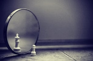 Peón de ajedrez viéndose como un rey en un espejo por el efecto del lago Wobegon
