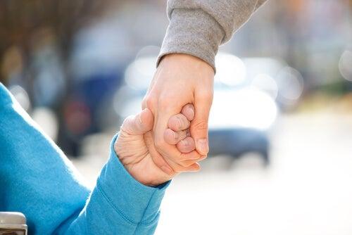 Persona con discapacidad dando la mano a otra como ejemplo de diversidad funcional