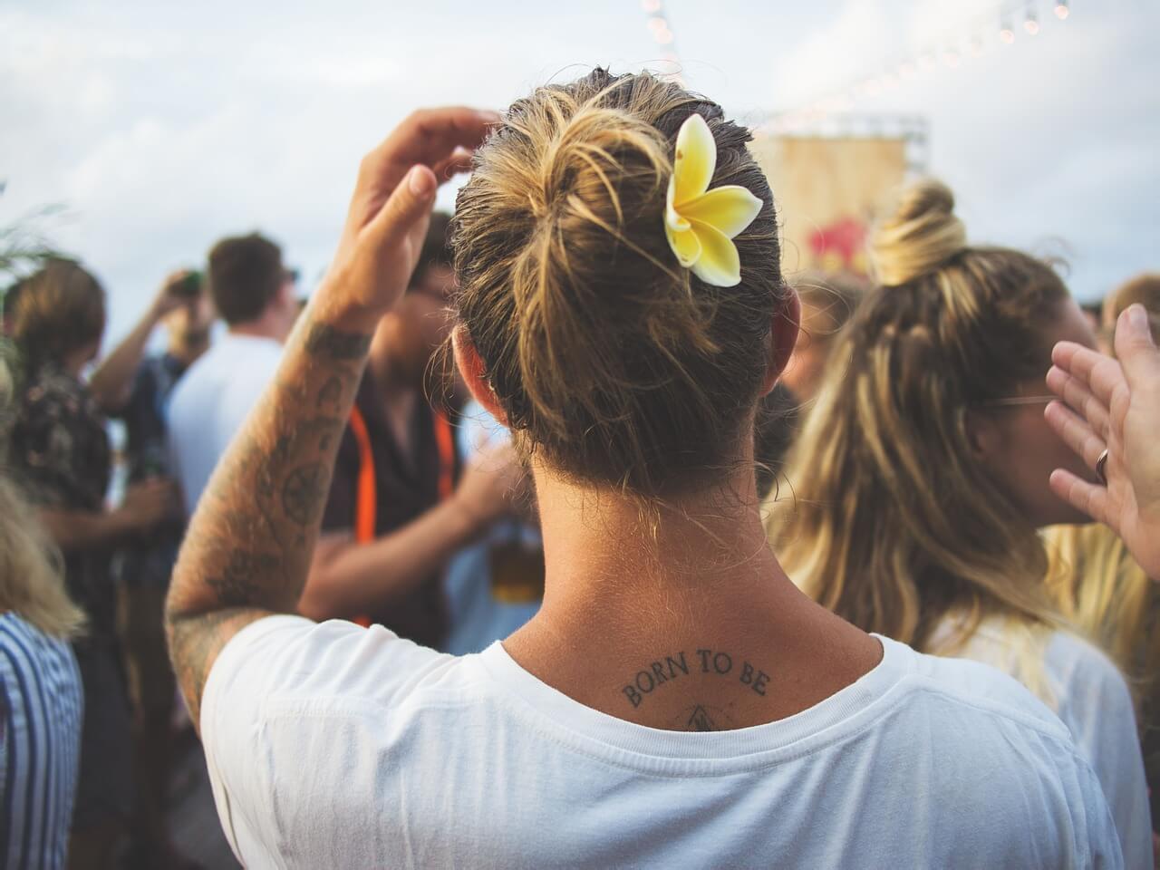 Mujer con un tatuaje en su espalda