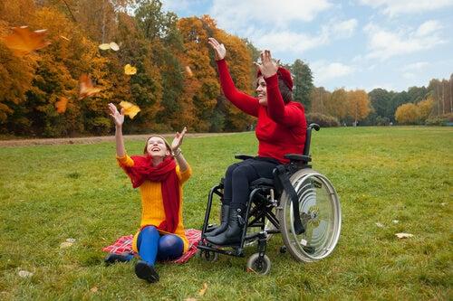 Persona en silla de ruedas disfrutando con su amiga