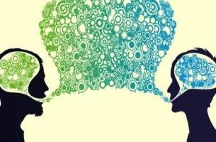 Personas comunicándose representando la importancia de expresarte