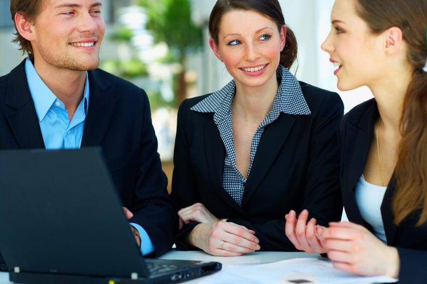 tres personas enseñándote a comunicarte mejor