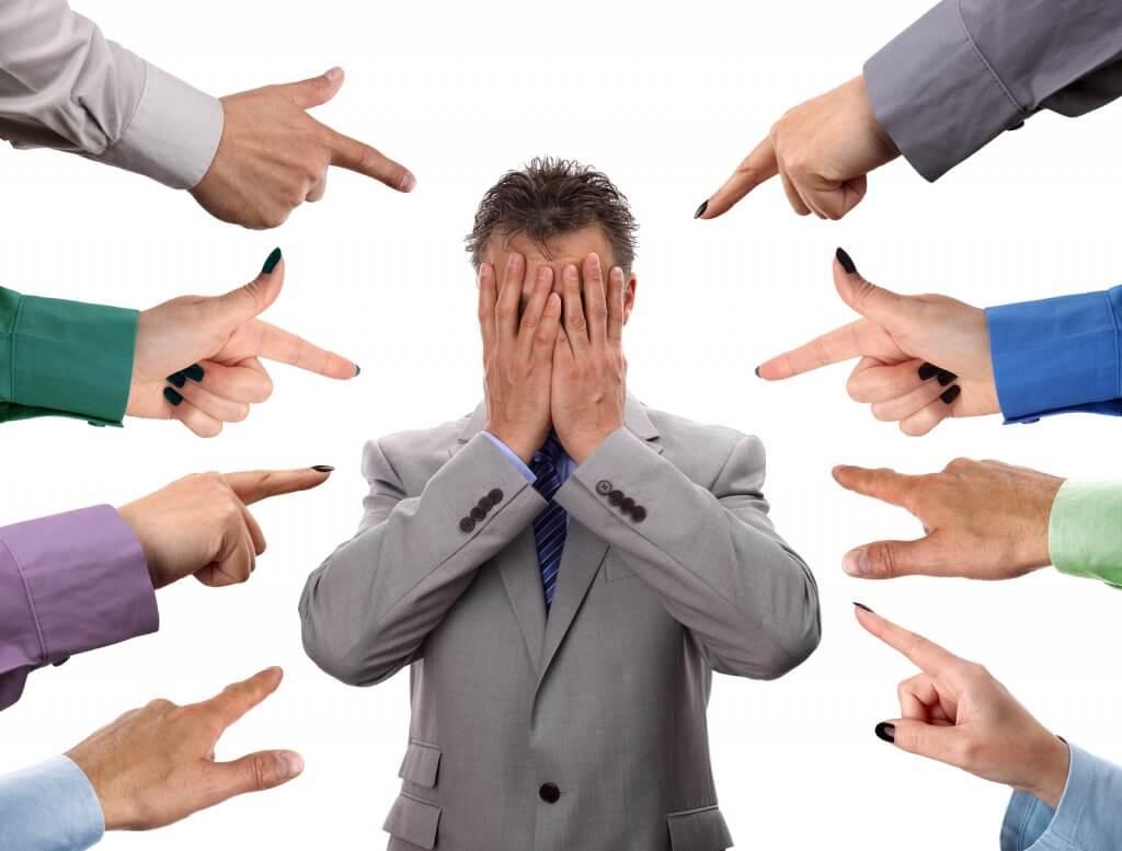 Personas señalando a otra como culpable