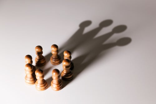Piezas de ajedrez formando un círculo para explicar la formación de grupos