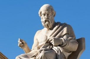 Platón sentado