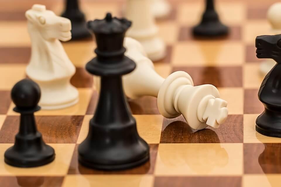 tablero de ajedrez representando las frases de Michel Foucault