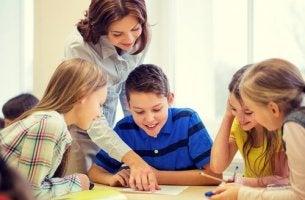 Profesora aplicando el socioconstructivismo en la educación de sus alumnos