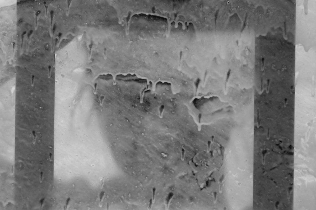 mujer tras un cristal manchado