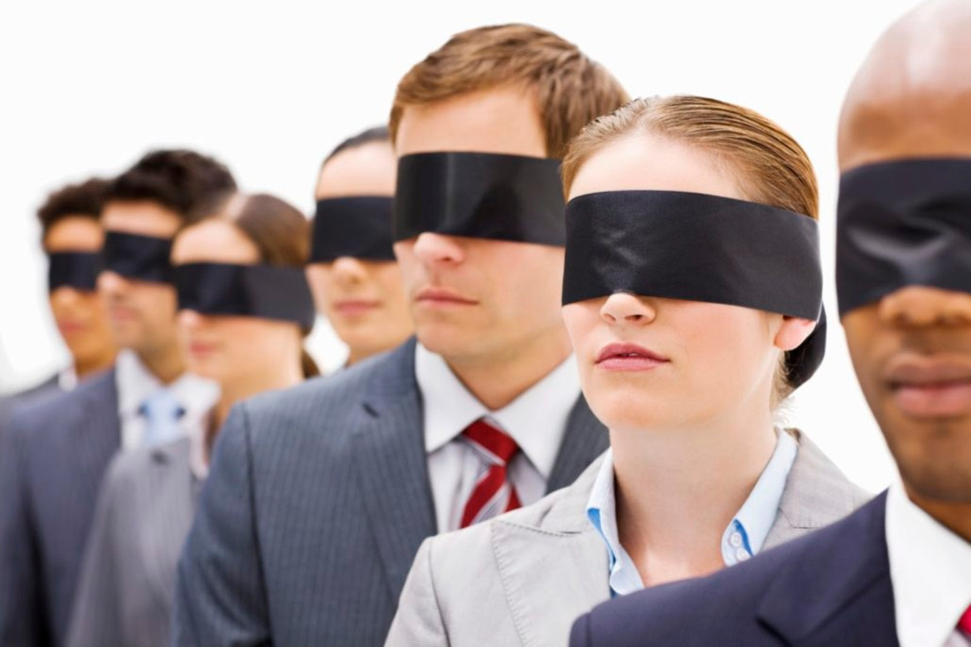 personas con ojos tapados simbolizando el Ensayo sobre la ceguera de José Saramago