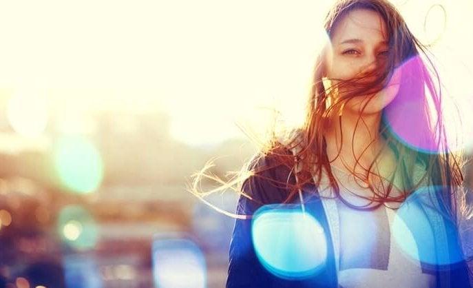 mujer feliz por recibir terapias psicológicas