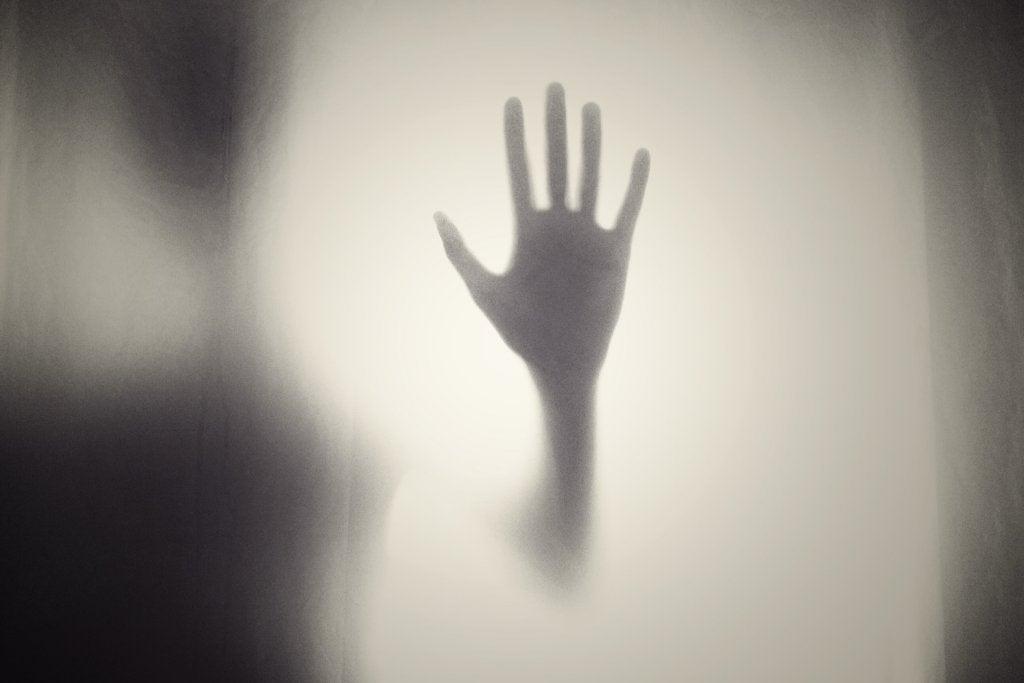 mano tras el cristal