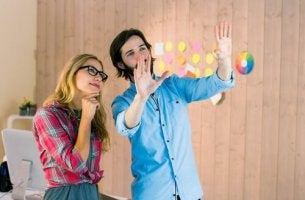 Trabajadores hablando sobre cómo mejorar la creatividad