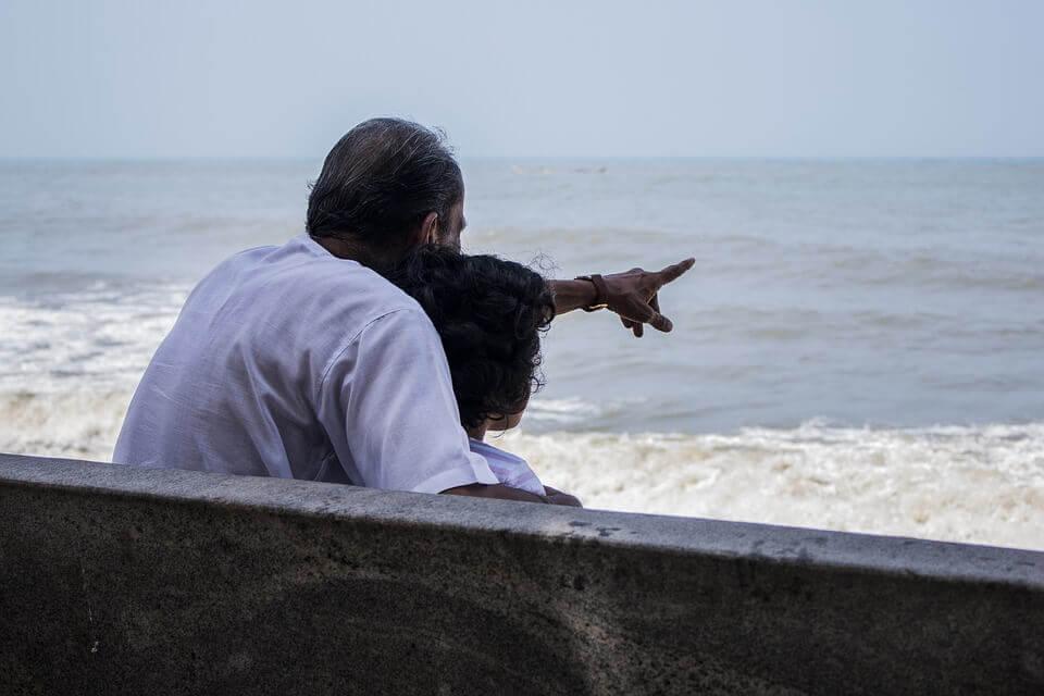 Abuelo haciendo partícipe a su nieto de la memoria colectiva