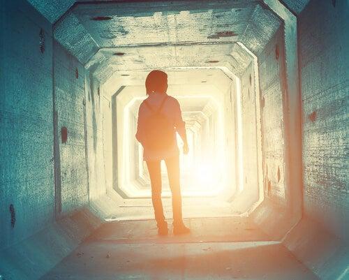 Chica adolescente en un túnel