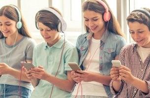 adolescentes representando la generación Smartphone