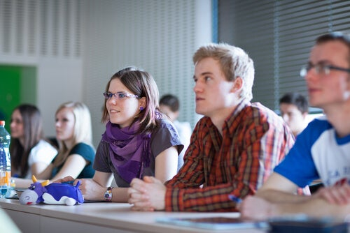 Alumnos en clase representando las frases de Paul Feyerabend