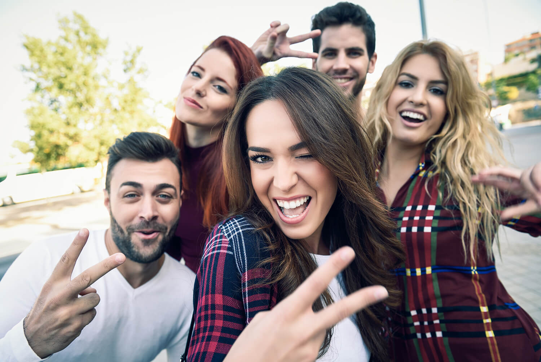 Grupo de amigos haciéndose un selfie