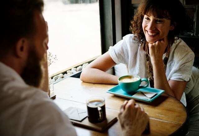 Dos amigos tomando cafe