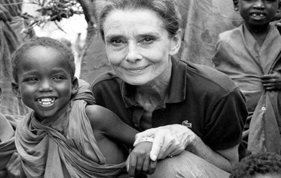 labor humanitaria que recoge las frases de Audrey Hepburn