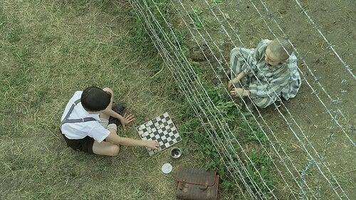 Niño con el pijama de rayas con su amigo