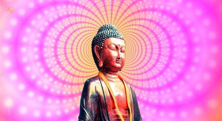 Buda envuelto en luces