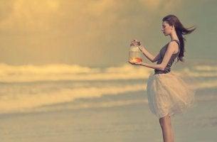 chica con bote de cristal pensando cambiar tu vida