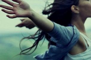 Chica con los brazos abiertos pensando en que no necesita perderlo para valorarlo