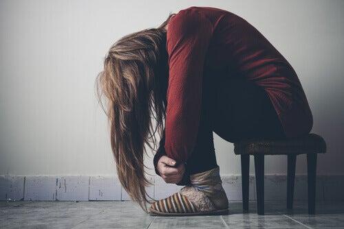 Chica agotada a causa de su personalidad adictiva