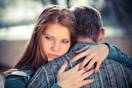 Chica con trastorno pasivo agresivo abrazando a su pareja