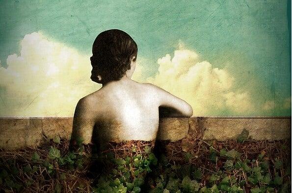 Mujer de espaldas mirando al horizonte