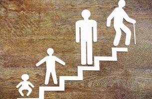 Escalera con personas en diferentes modelos vitales para representar las teorías sobre el desarrollo