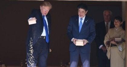 escena con el ministro de Japón evidenciando la personalidad de Donald Trump