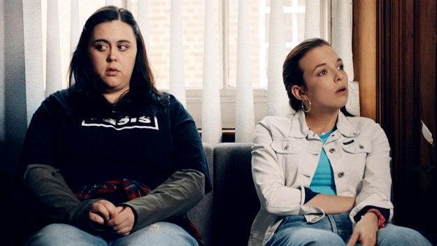Dos chicas sentadas