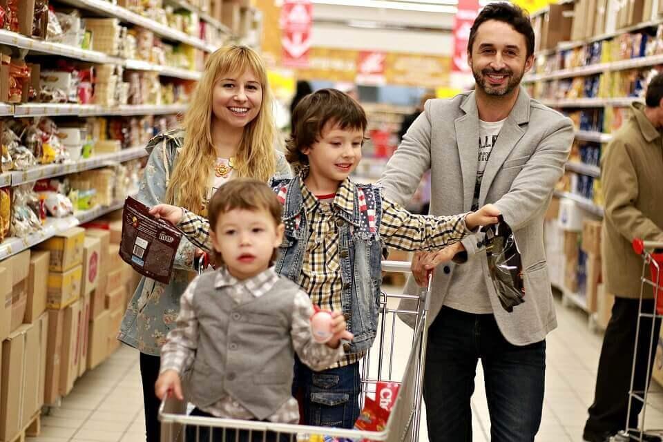 Familia comprando