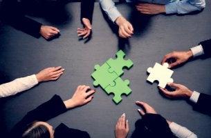 Grupo de personas con un puzzle
