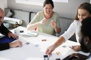 Grupo de trabajo hablando de sus ideas para representas los diferentes tipos de trabajadores