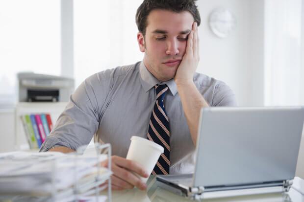 Hombre aburrido en el trabajo y quemado emocionalmente